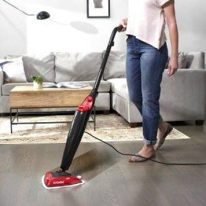 Donne che lavano il pavimento con la scopa a vapore